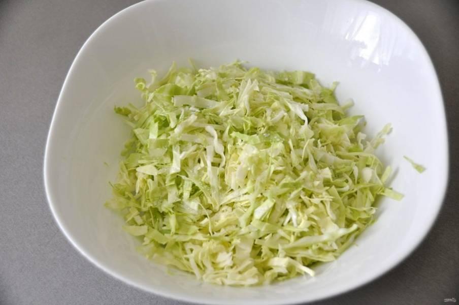 Мелко нашинкуйте молодую зеленую капусту.
