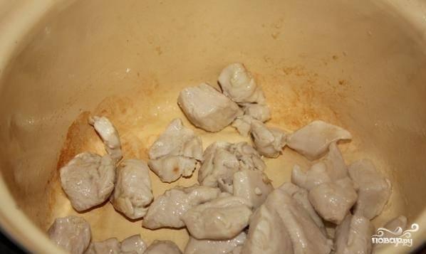 Куриное филе нарезаем большими кубиками и обжариваем в кастрюле, предварительно смазанной растительным маслом. Когда всё будет готово переложите курицу в тарелку.