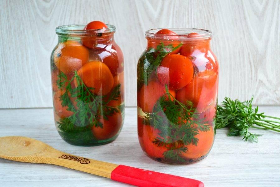 Залейте банки с помидорами маринадом, накройте металлической крышкой, но пока не закатывайте.