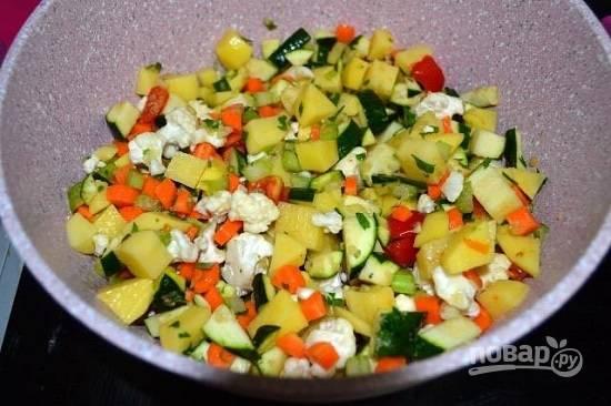 Выкладываем в кастрюлю овощи, обжариваем их на небольшом огне минут 10.