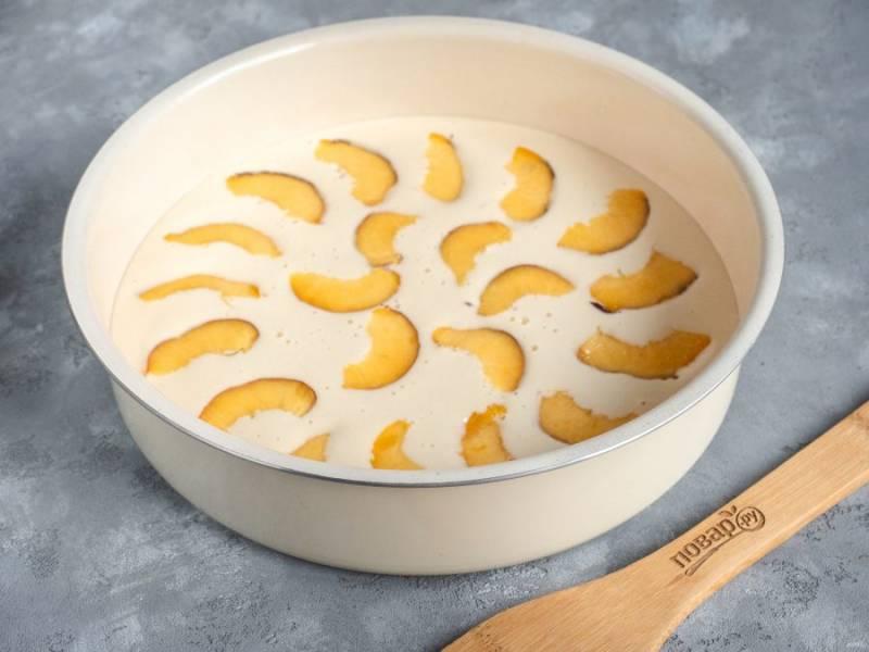Персики помойте и обсушите. Выложите тонкими дольками на тесто. Можно более плотно, чем у меня на фото.