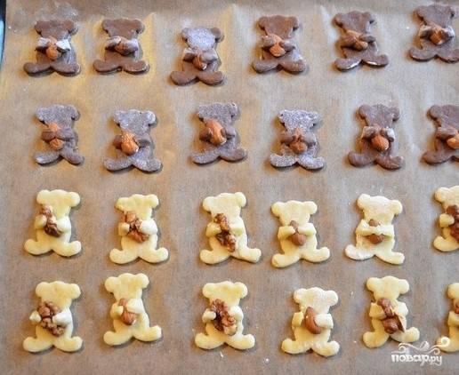 7.Теперь работа для ребенка. В лапки каждого животного необходимо положить по орешку, приветствуются грецкие и миндальные.