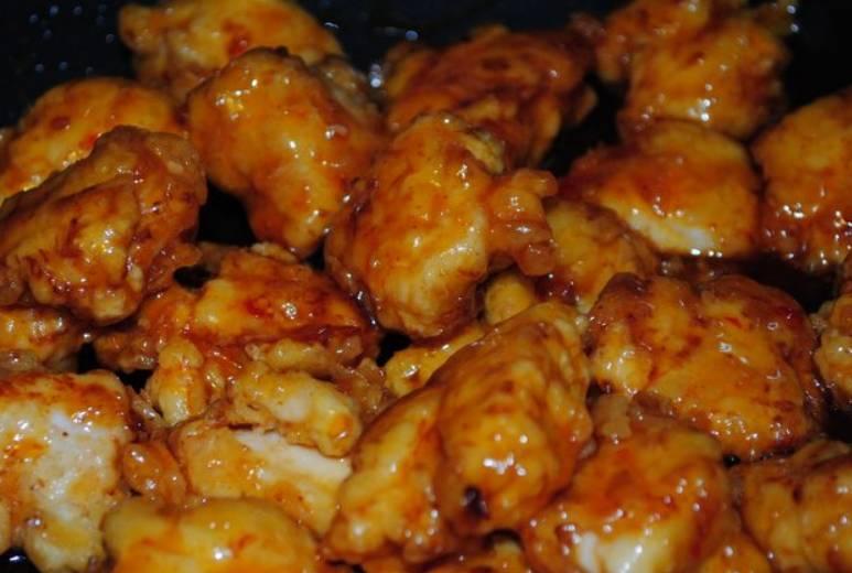 Добавляем курицу, постоянно помешивая, обжариваем ее в соусе 4-5 минут.