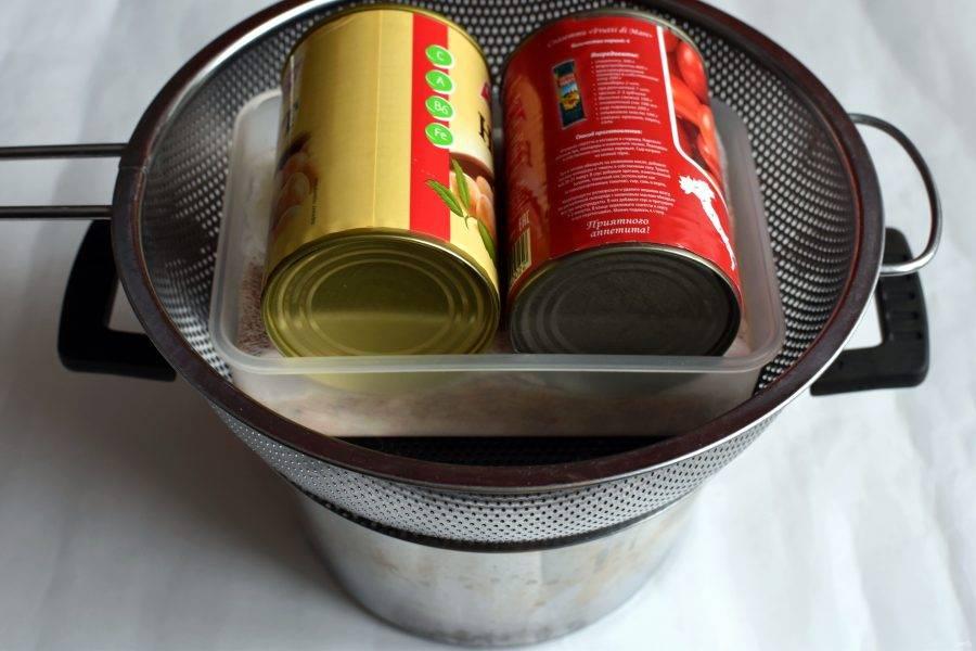Установите конструкцию в дуршлаг. Заверните края марли на зельц  и придавите сверху небольшим гнетом.  Уберите в холодильник часа на 3-4 до полного застывания.