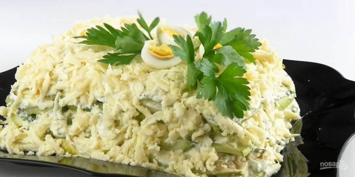 4. Повторите, пока не закончатся ингредиенты. Украсьте торт тертым сыром. Поставьте торт в холодильник на 2-4 часа. Приятного аппетита!
