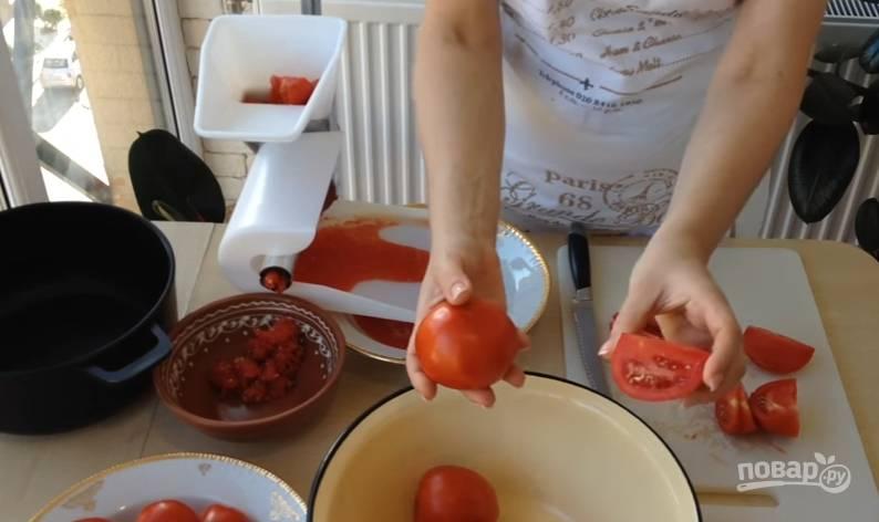 1.Помидоры выбирайте мясистые и спелые, чтобы в них было больше сока. Помойте их и разрежьте на 4 части, удалите плодоножку.