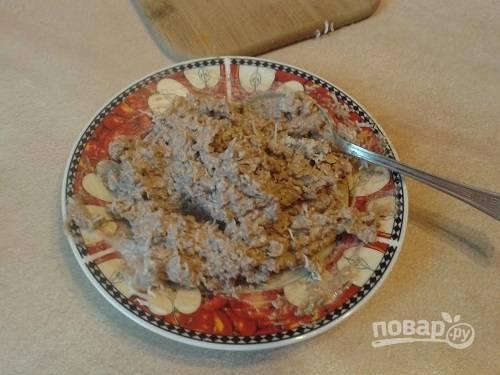 Если ваш паштет очень густой, можно добавить чайную ложечку майонеза. Перемешиваем сыр с паштетом до получения однородной массы.