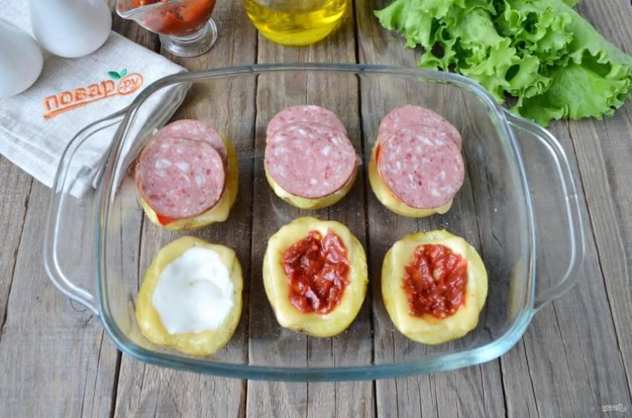 Далее уложите колбаску или жареный бекон, можно грудинку варено-копченую или любую другую мясную начинку.