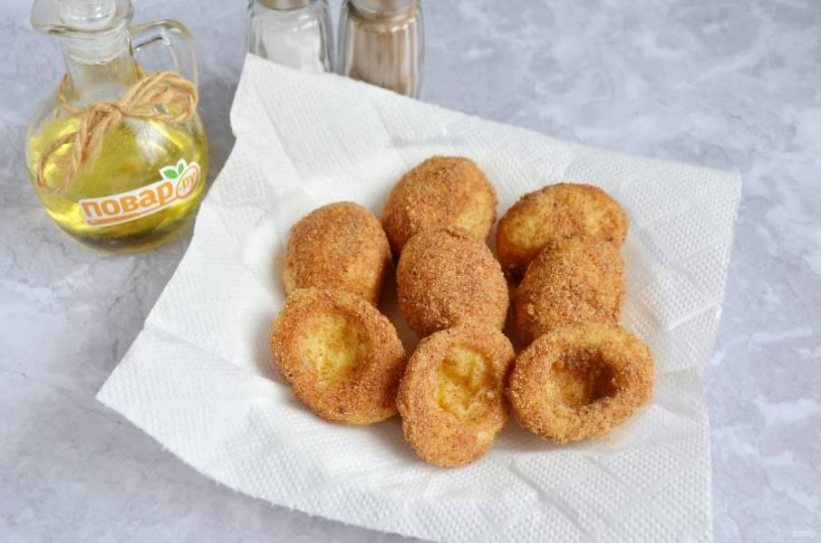 4. Разогрейте маленькую глубокую сковороду (или кастрюлю) с маслом и обжарьте яйца до золотистого цвета. Положите на бумажное полотенце, чтобы убрать лишний жир.