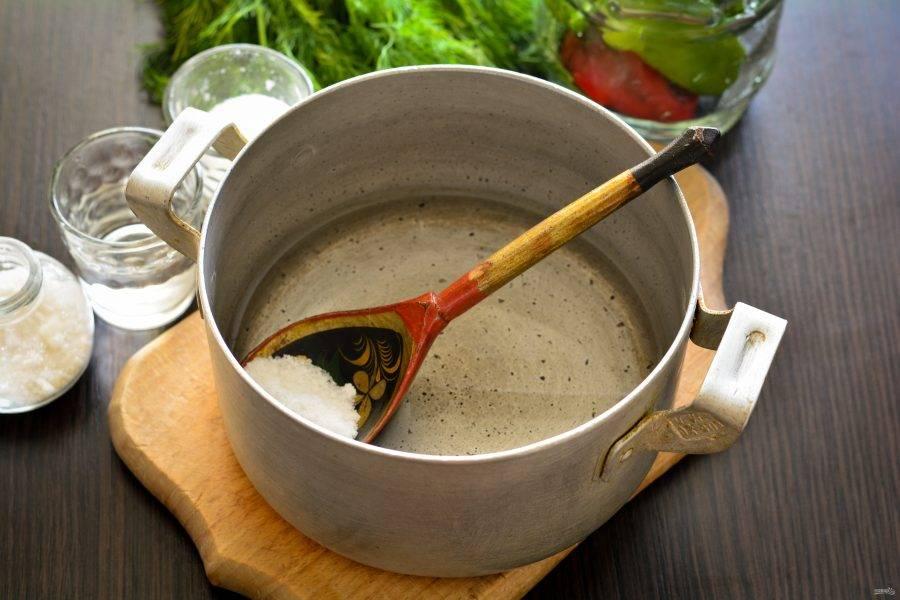 Через 10 минут воду слейте в кастрюлю, сварите маринад - всыпьте соль, сахар, влейте уксус. Доведите до кипения и снимите с огня.