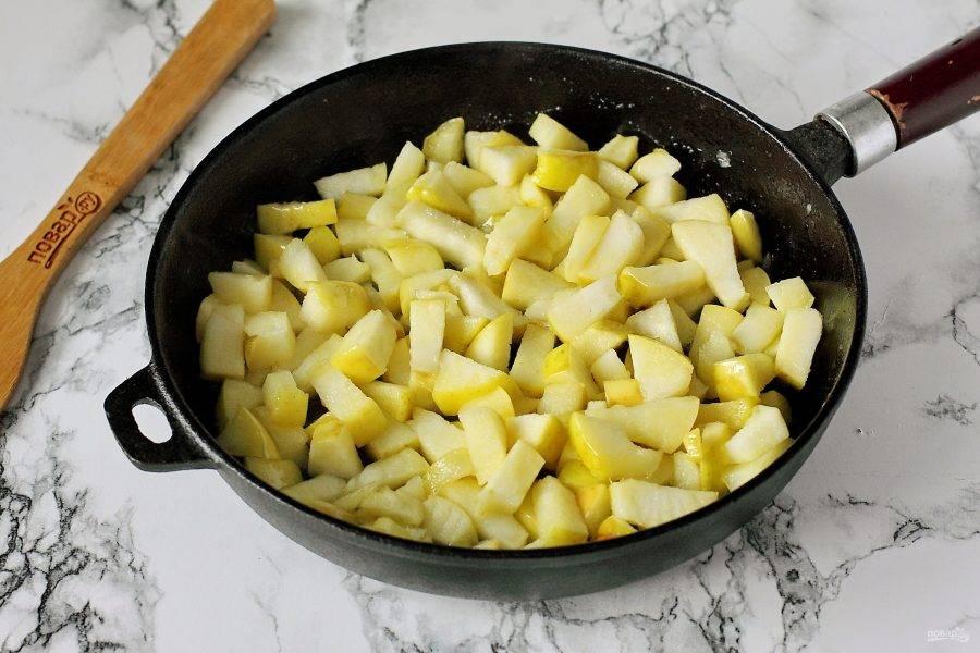 У яблок удалите сердцевину и нарежьте их кубиками. Обжарьте яблоки с кусочком сливочного масла и 25 грамм сахара на сковороде в течение 2-3 минут.