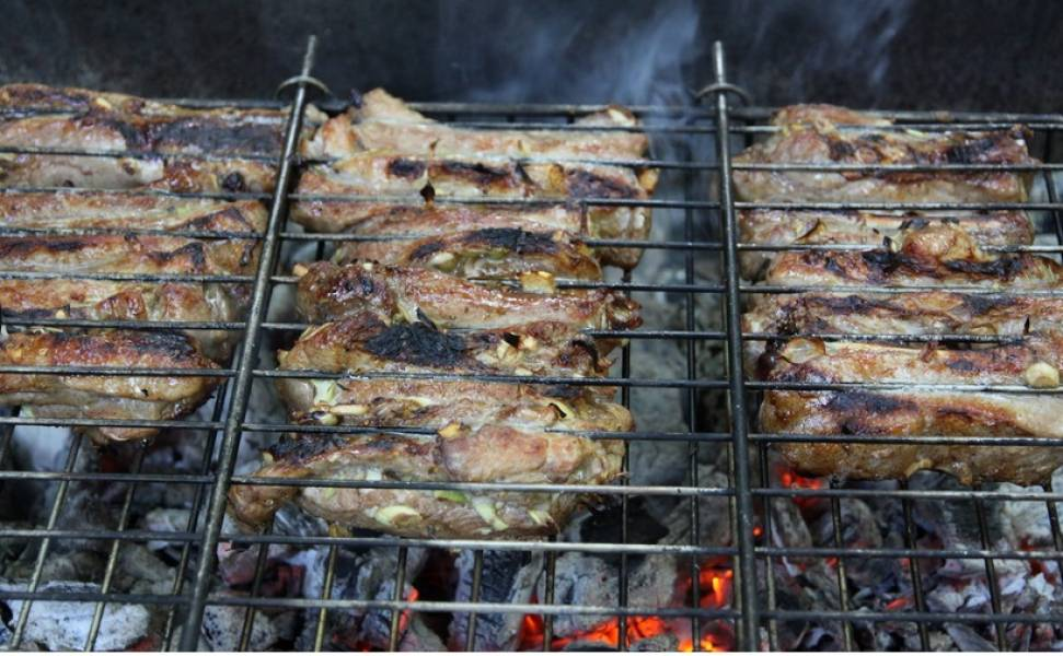 Обжариваем ребрышки на углях по 5-7 минут с каждой стороны. Обжаривать можно и в сковородке на сильном огне в масле по 10 минут с каждой стороны.