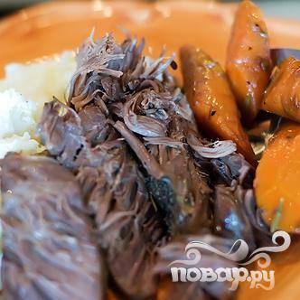Выложить мясо, пюре и овощи на тарелку.