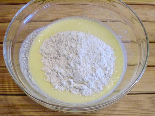 5. Смешиваем соду с мукой и вводим в тесто. Вымешиваем дот тех пор, пока не исчезнут комочки.
