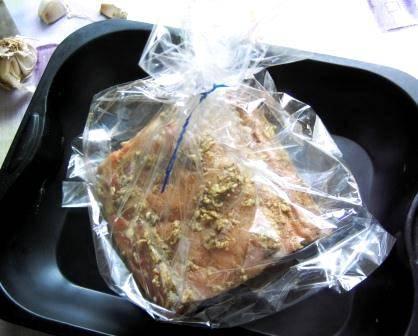 Выкладываем свинину в специальный пакет для запекания, закрепляем его конец клипсой и делаем в самом пакете несколько дырочек, чтобы мог выходить пар. Перекладываем пакет с мясом в форму или на противень и отправляем его в разогретую до 180 градусов духовку на 40-45 минут.