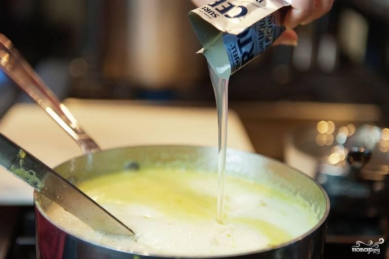5. Огонь поставьте на средний и сразу же добавьте жидкий пектин. Будьте внимательны, т.к. желе быстро закипает. Перемешайте и варите после закипания 2-3 минуты.