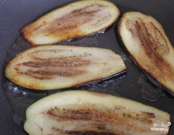 В сковороде разогрейте растительное масло и обжарьте баклажаны с двух сторон.