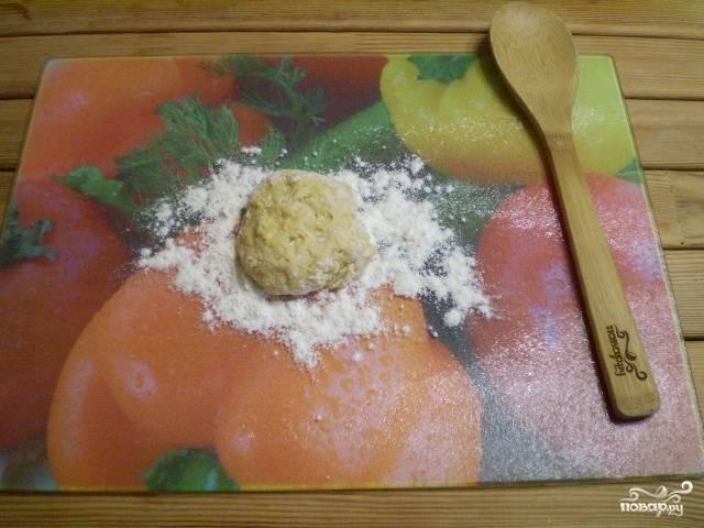Перейдите на удобную поверхность, замесите туго тесто.