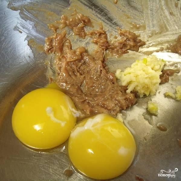 Добавляем измельченный (я пропускаю через давилку) чеснок и 2 желтка.
