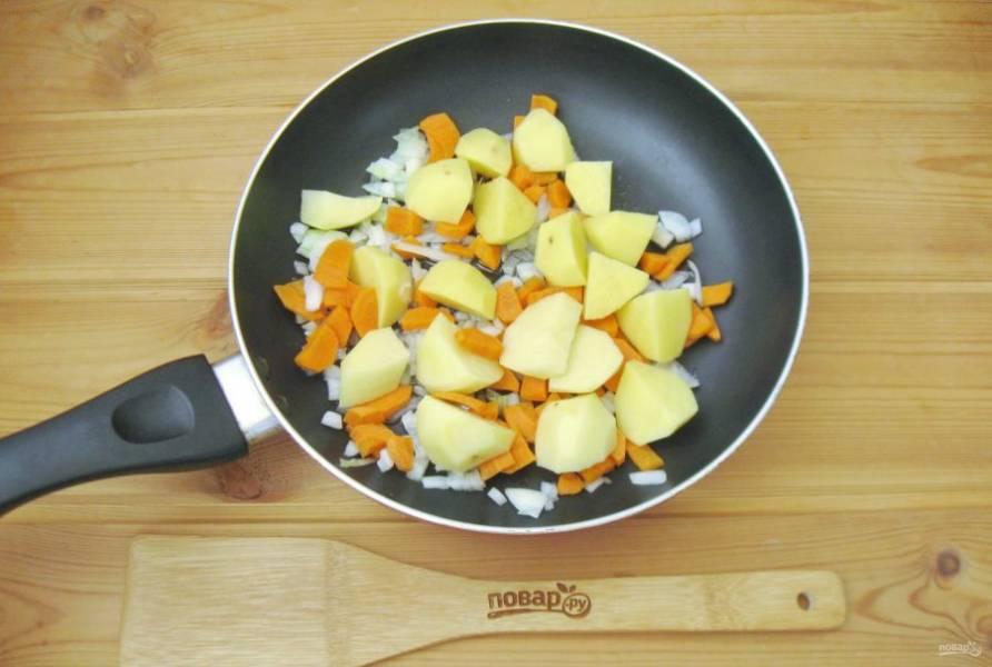 Картофель очистите, помойте и нарежьте кубиками, но не очень мелко. Выложите в сковороду с луком и морковью. Налейте рафинированное подсолнечное масло и 30 мл. воды. Накройте сковороду крышкой и тушите овощи 20 минут, периодически перемешивая.