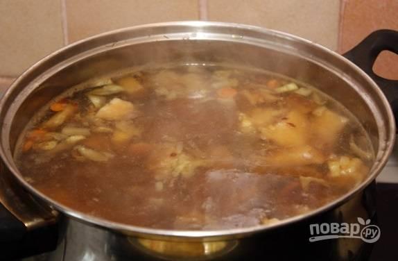 Добавьте обжарку в суп за 5 минут до готовности. Затем дайте бульону настояться пару минут.