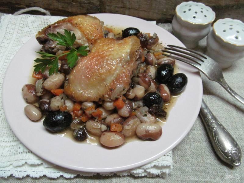 Тушеная курица с оливками и фасолью