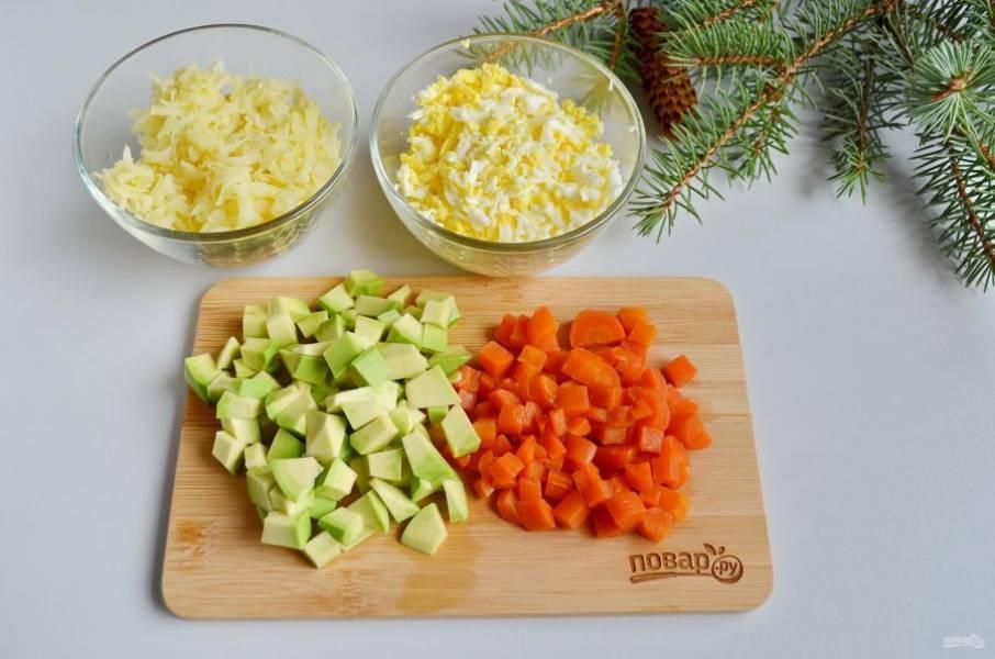 Яйца и картофель натрите на крупной терке, а авокадо и морковь порежьте кубиками.
