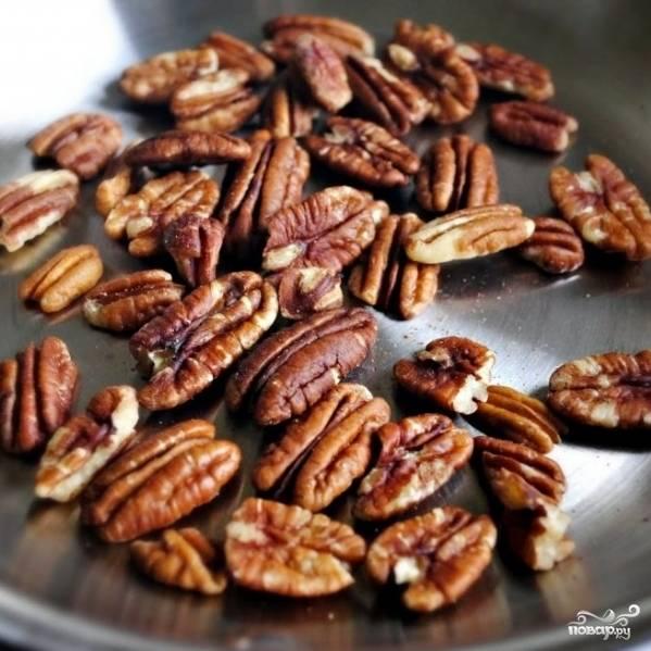 Орехи (пекан или грецкие) поджариваем на сухой сковороде около 1-2 минут.