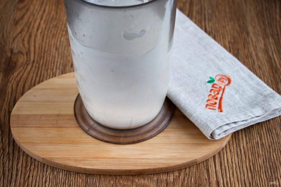 Добавьте соль, сахар и перец. Блендер поднимите со дна стакана, перемешайте массу.