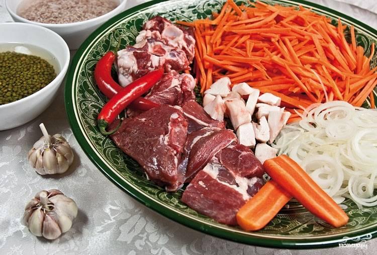 2. Нам понадобится также много моркови, чеснок, лук, сало, жгучий перец и специи по вкусу (зира - обязательно). Готовится блюдо в казане, а за пару часов до приготовления в холодной воде следует замочить маш и рис.