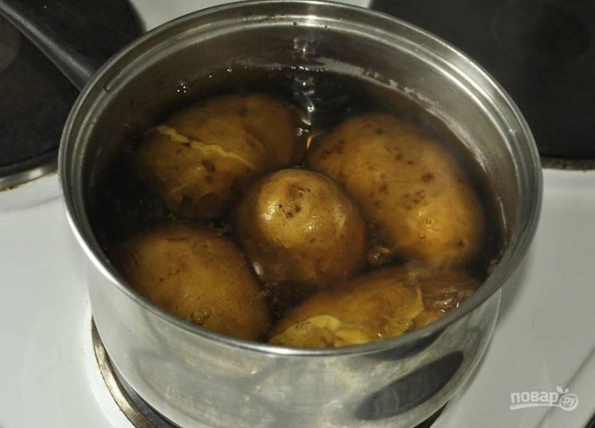 1. Картофель вымойте как следует, залейте водой и отварите до мягкости.
