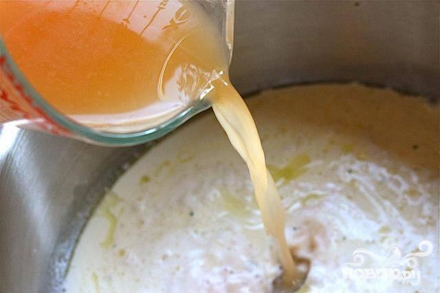 3. Медленно влить молоко, сливки и мясной бульон, перемешать до однородности. Довести до кипения, постоянно помешивая.