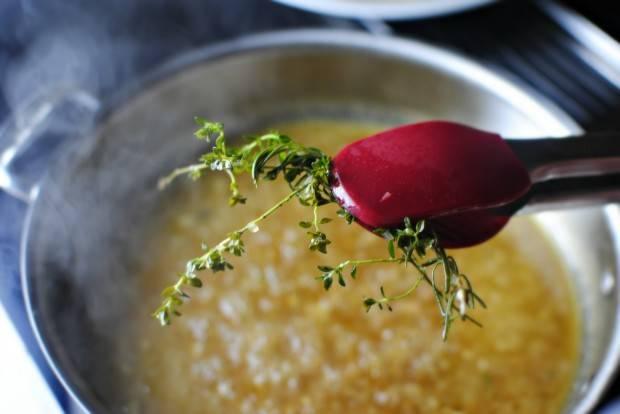 Варим бульон на среднем огне около 8 минут. Затем веточки выбираем из сковороды.