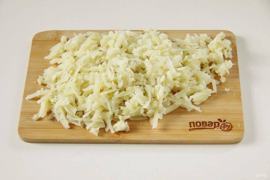 Картофель очистить и натереть на крупной терке.