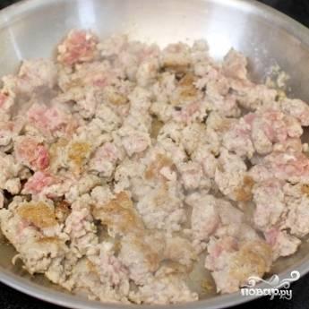 2. Обжаренный фарш выложите в отдельную тарелку, а сковороду протрите бумажным полотенцем.