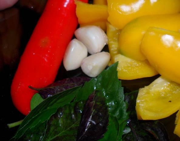 2. Все остальные ингредиенты также тщательно моем, обсушиваем и очищаем. Из перцев удаляем сердцевины с семечками. Измельчаем в блендере ягоды, зелень и овощи.