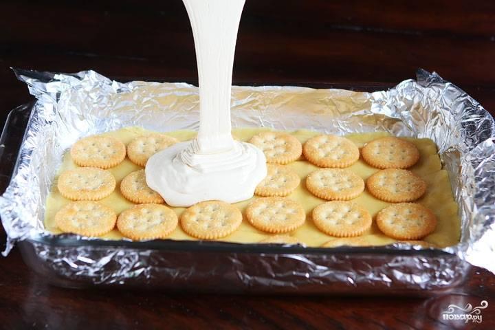 2. Для крема половину всех маршмеллоу растопим на водяной бане или прямо в кастрюле, они станут таять на глазах. Смешаем эту вязкую липкую массу со сгущенкой, щедро польём этим кремом торт.