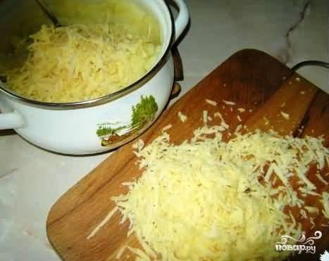 В картофельное пюре добавляем половину нашего тертого сыра.