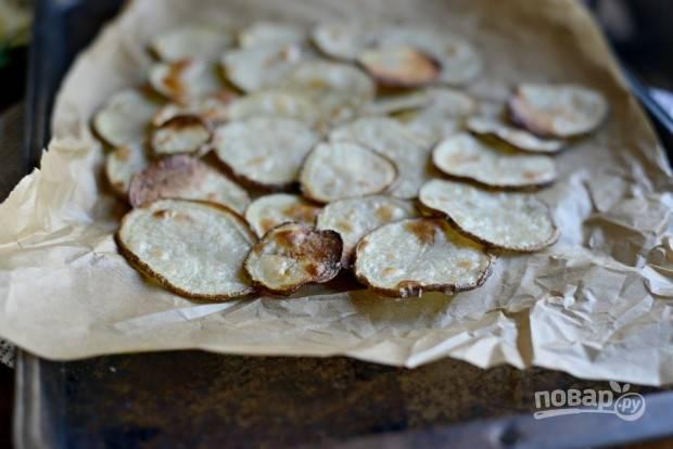 5. Теперь соберите блюдо. Выложите первым слоем половину картофеля.