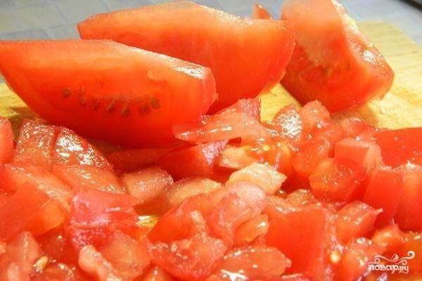 Помидор помойте, нарежьте кубиками и уложите в салатницу. Добавьте к нему фасоль, мясо, сухари. По желанию с томата можно снять кожицу.