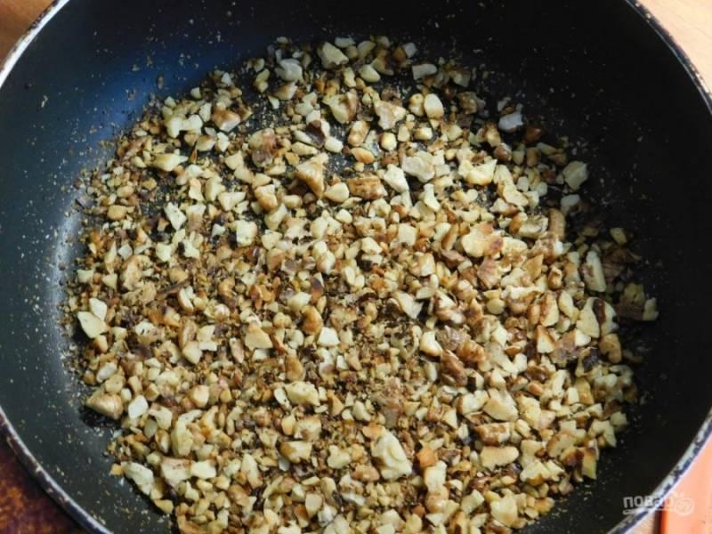 Грецкие орехи измельчите ножом и обжарьте.