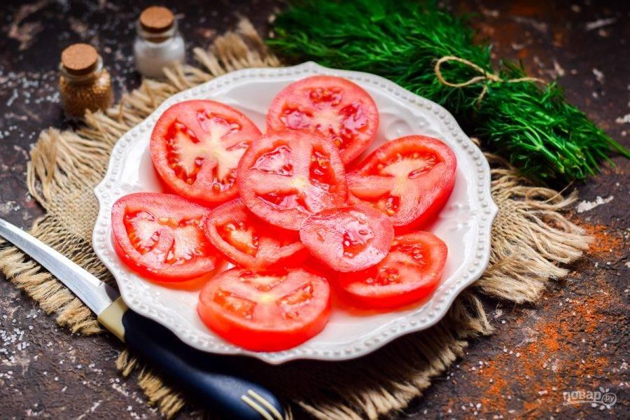 Сочные кружочки томатов выложите на красивую тарелку.