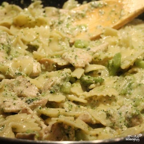 Перемешиваем и готовим 3-4 минуты до полной готовности курицы и остальных ингредиентов.