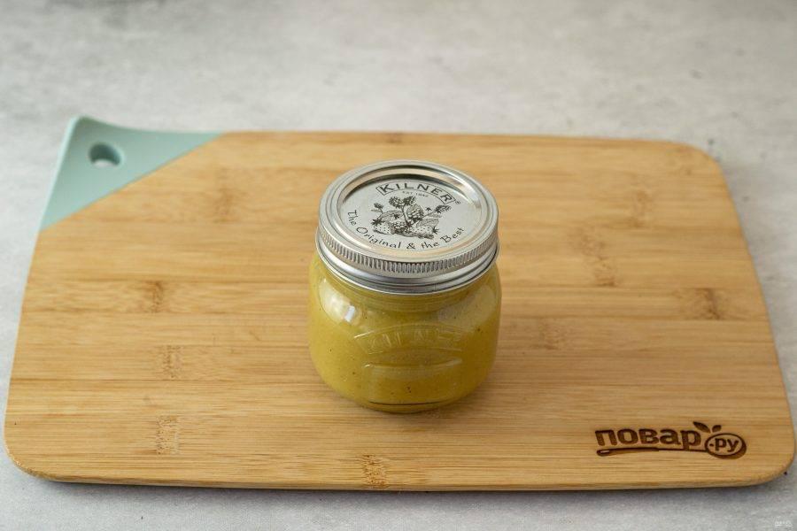 Горячий соус перелейте в чистую стерилизованную банку. Закатайте, переверните вверх дном, укутайте в тепло и оставьте так до полного остывания.