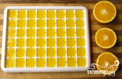 1. Внимание! Если вы используете апельсиновый концентрат, заморозьте его перед приготовлением коктейля. Если берете сок, то воду необходимо заморозить, чтобы в итоге коктейль получился холодным.