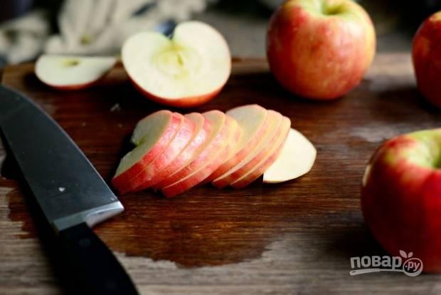 2. Яблоки нарежьте тонкими дольками.