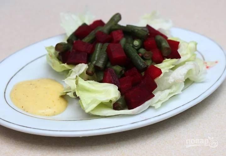 Листья салата промойте и обсушите, выложите на блюдо, сверху выложите овощи. Подайте салатик с горчичным или другим соусом.