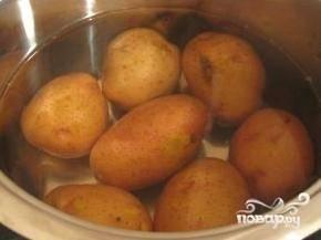 Для начала отварим картофель - если вы готовите его специально для запеканки, то лучше не разваривать - пусть будет чуть-чуть твердоватым.