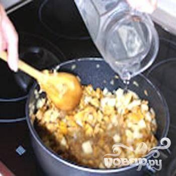 2.Растопить сливочное масло в толстой кастрюле, лук немного обжариваем на масле и кладем картофель. Минуты три, помешивая, готовим картофель. Влить воду, добавить грибы, посолить. Не забывая помешивать, тушить до готовности. Кастрюлю снимаем с огня и даем остыть начинке.