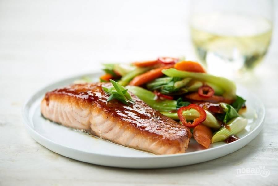 6. Подавайте лосося с овощами стир-фрай. Приятного аппетита!